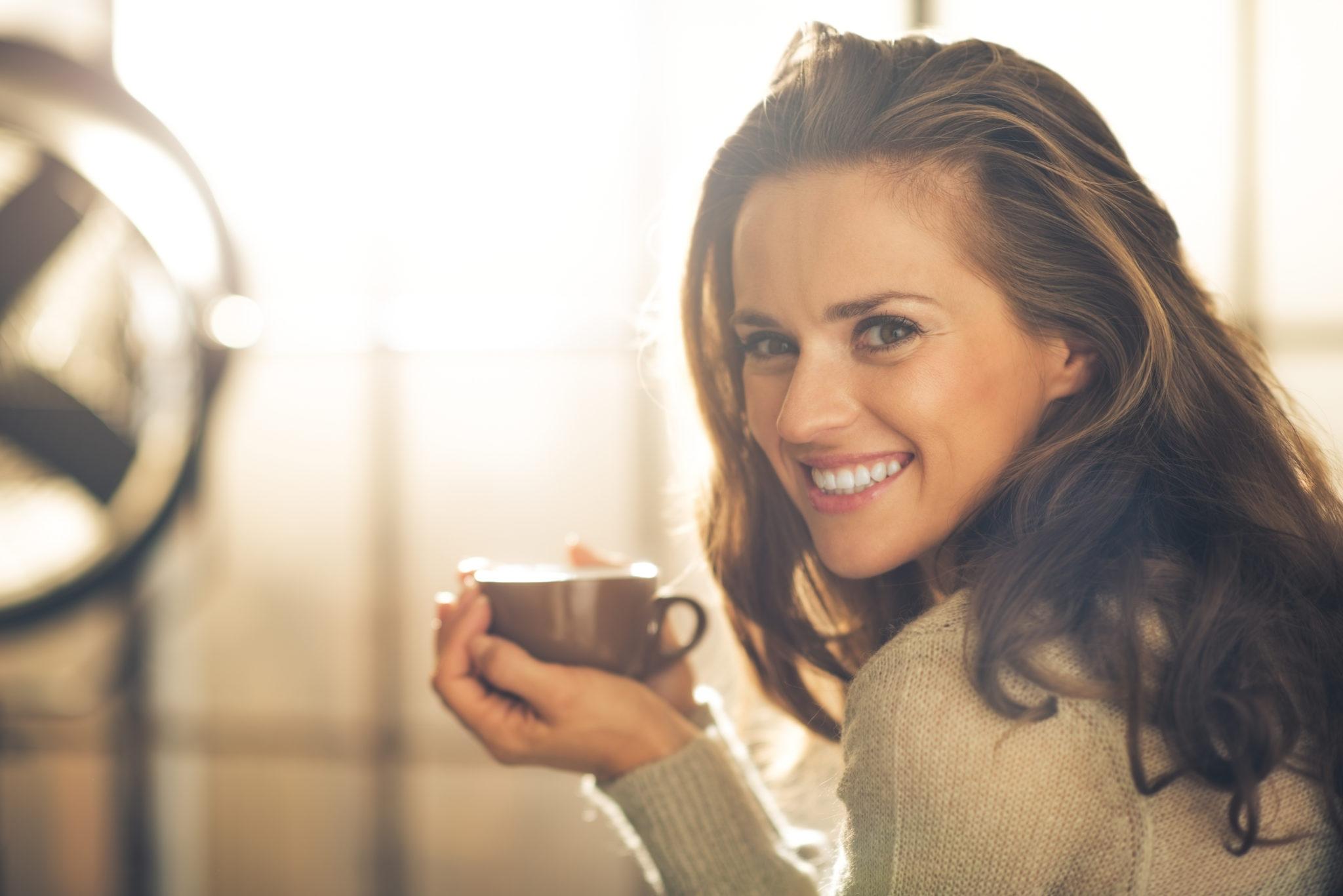 Femme buvant un café dans un mug